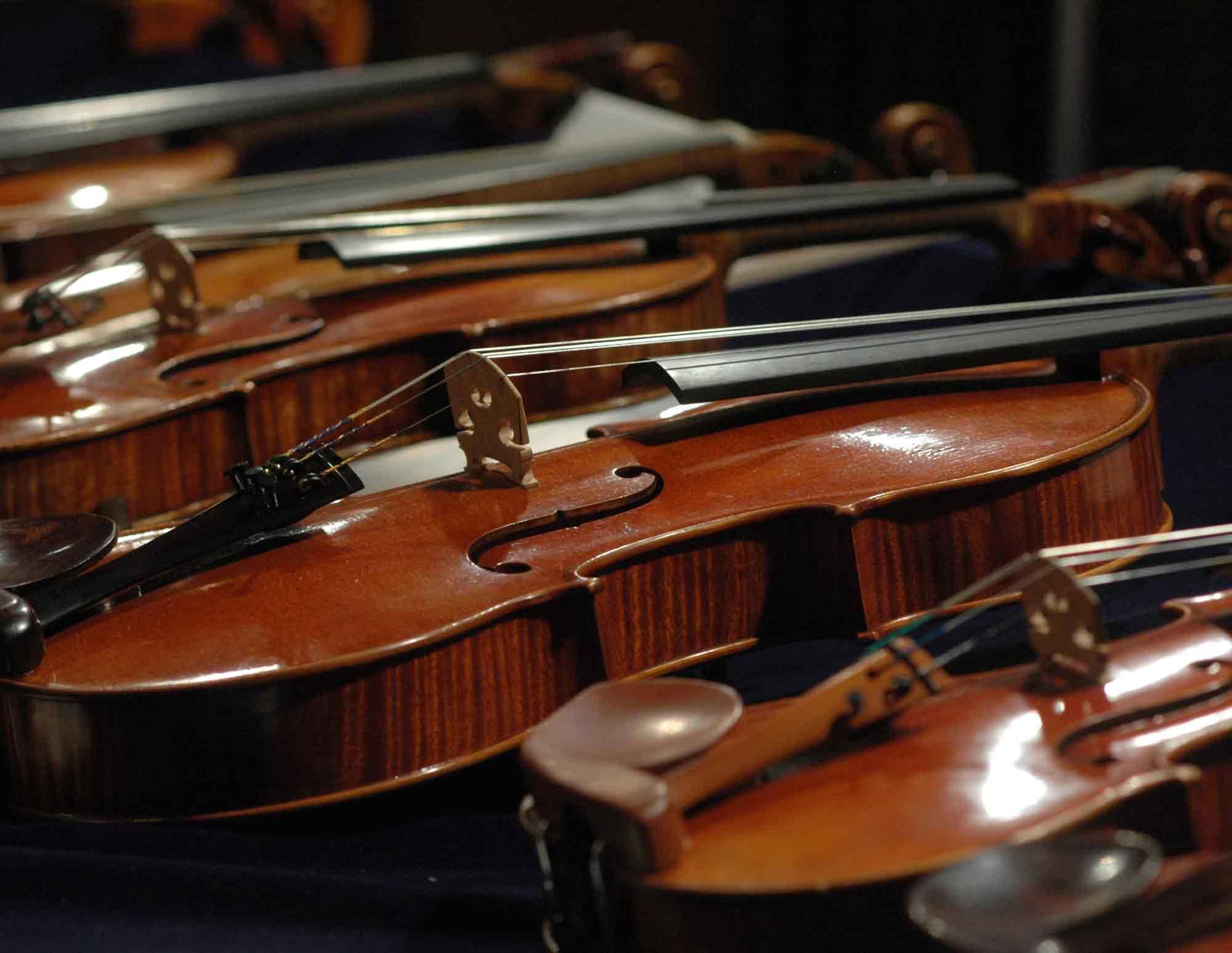 Geigen auf einem Tisch